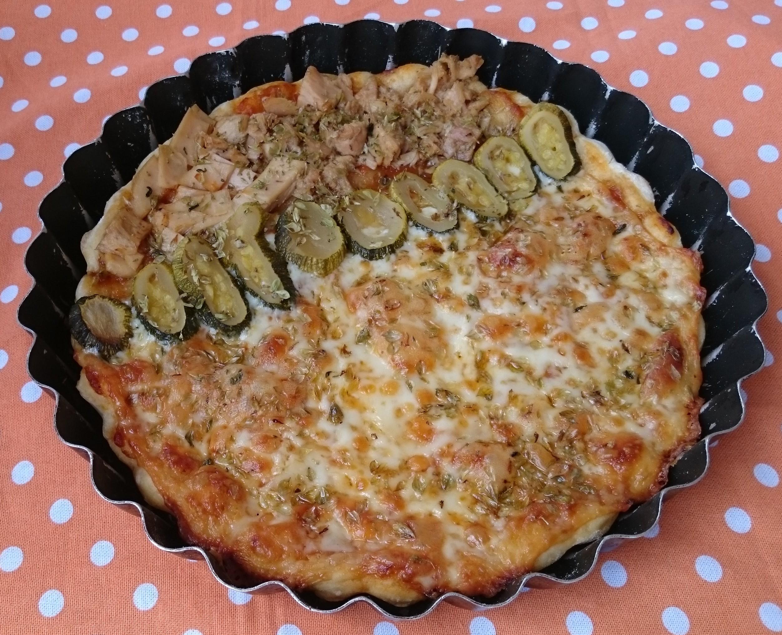 Pizza con calabacín y atún