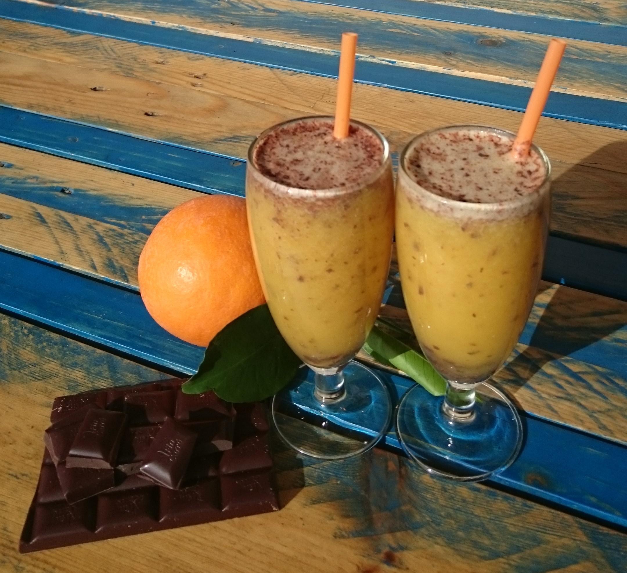 Batido de naranja, plátano y chocolate.